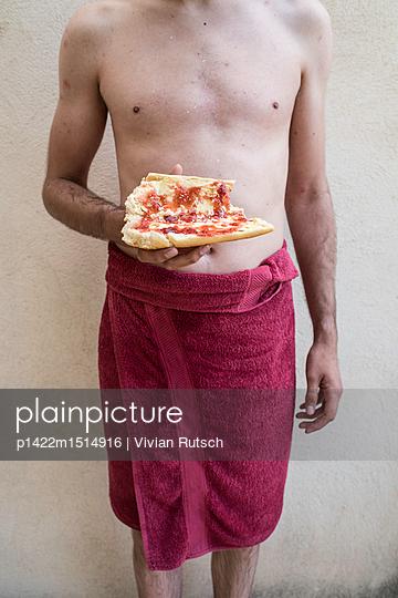 Mann in Handtuch mit Marmeladenbrot - p1422m1514916 von Vivian Rutsch
