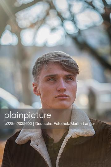 Junger Mann Porträt - p229m2038600 von Martin Langer