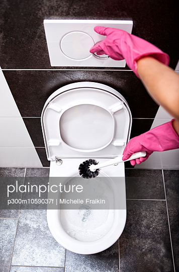 Woman cleaning toilet with toilet brush - p300m1059037f by Michelle Fraikin