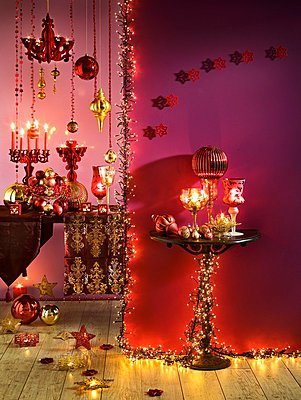 Pink and gold Christmas decorations with candles and fairy lights - p1183m995881 by Bressan e Trentani