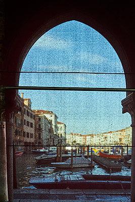 Torbogen in Venedig - p1312m1575202 von Axel Killian