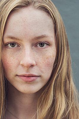 Close portrait of a teenage girl - p1323m2185101 von Sarah Toure