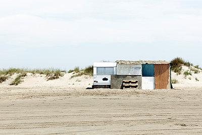 Wohnwagen am Strand - p415m698222 von Tanja Luther