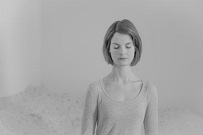 Frau mit geschlossenen Augen, Portrait - p552m2089417 von Leander Hopf