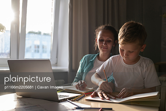 Working mother drawing with son - p1166m2205681 by Cavan Images