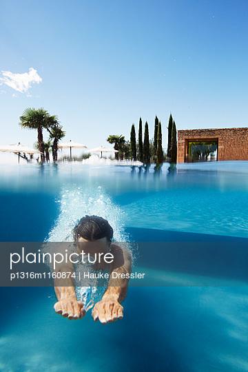 Mann taucht in einen Pool, Saint-Saturnin-les-Apt, Provence, Frankreich - p1316m1160874 von Hauke Dressler