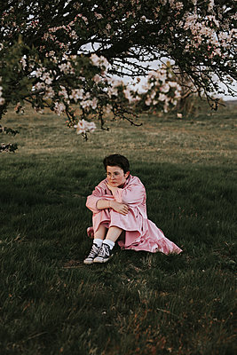 Mysterious girl under tree - p1507m2185138 by Emma Grann