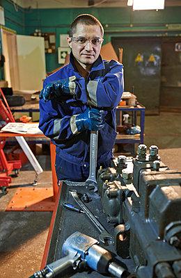 Portrait Mechanic - p390m973245 by Frank Herfort