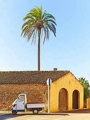 Piaggi tricycle - p885m891275 by Oliver Brenneisen