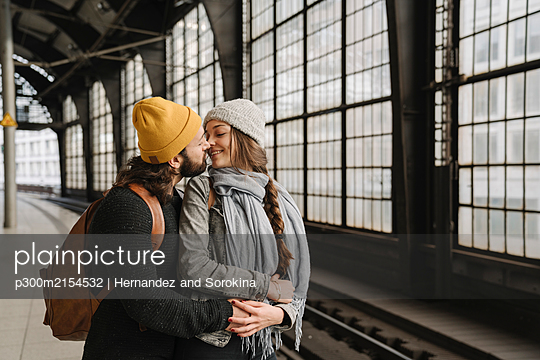 Young couple kissing at the station platform, Berlin, Germany - p300m2154532 by Hernandez and Sorokina