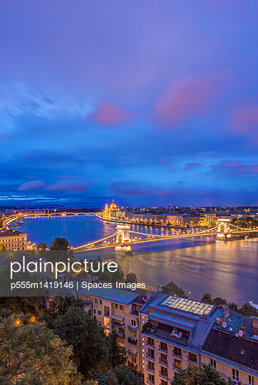 plainpicture | Photo library for authentic images - plainpicture p555m1419146 - View of Chain Bridge illumi... - plainpicture/Blend Images/Spaces Images