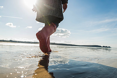 France, Bretagne, Finistere, Crozon peninsula, woman walking on the beach - p300m1120459f by Uwe Umstätter