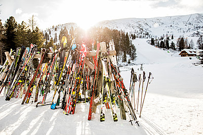 Austria, Turracher Hoehe, lots of skis in winter landscape - p300m1121204 by Daniel Waschnig Photography