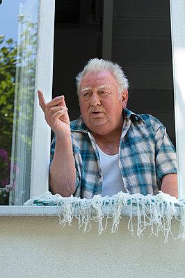 Alter Mann am Fenster - p427m972720 von R. Mohr