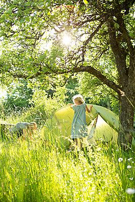 Zelten im Grünen - p454m2200632 von Lubitz + Dorner