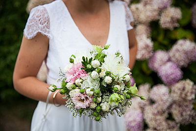 The Bride and the bunch - p672m1477196 by Vanessa Chambard