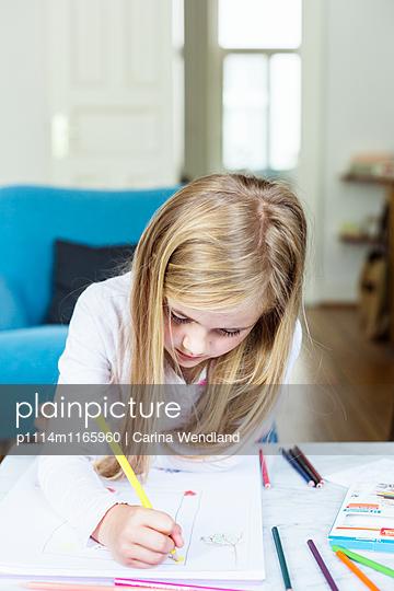 Mädchen malt mit Buntstiften - p1114m1165960 von Carina Wendland