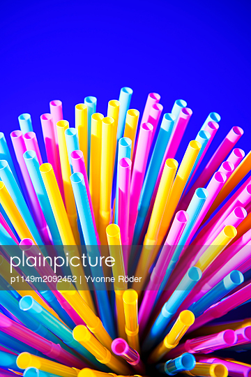 Drinking straws made of plastic - p1149m2092452 by Yvonne Röder