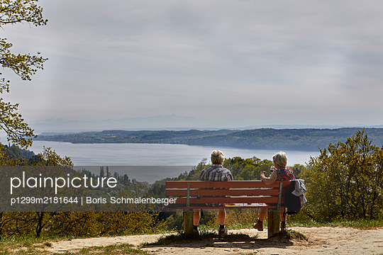 Pensioners on park bench look out over Lake Bodensee - p1299m2181644 by Boris Schmalenberger