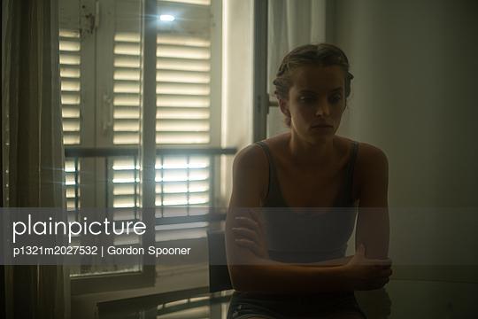 Traurige junge Frau - p1321m2027532 von Gordon Spooner