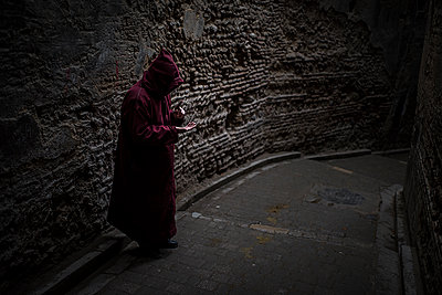 Hooded person in the street - p1007m1216794 by Tilby Vattard