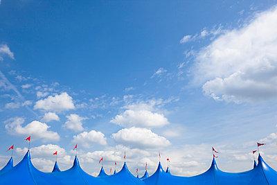 Blaue Zeltdächer - p1057m813704 von Stephen Shepherd