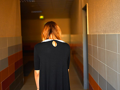 Young woman in a hallway - p1413m2278737 by Pupa Neumann
