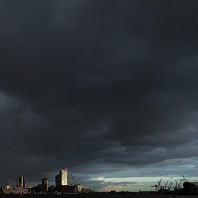 Elbphilharmonie, dunkle Wolken bei Sonnenaufgang, Hamburg - p1624m2195909 von Gabriela Torres Ruiz