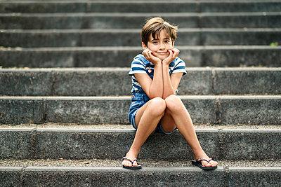 Portrait of relaxed little girl sitting on stairs - p300m2029755 von Javier Sánchez Mingorance