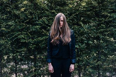 Frau mit zerzausten Haaren - p586m1039398 von Kniel Synnatzschke