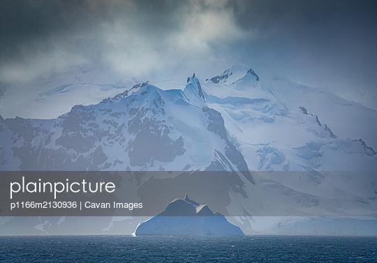 Snowy peaks and ice - p1166m2130936 by Cavan Images