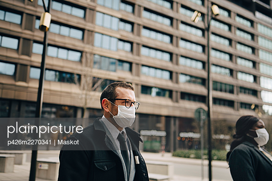 Mature business people in front of building during pandemic - p426m2270341 by Maskot