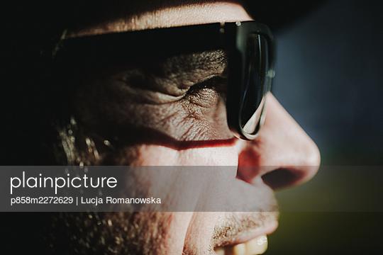 Man looking into the sun - p858m2272629 by Lucja Romanowska