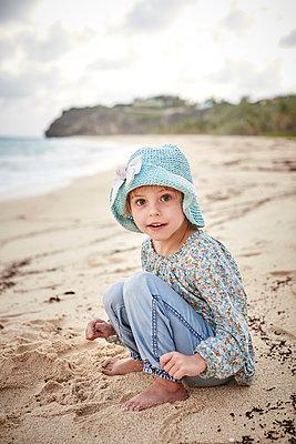 Little girl sitting on the beach - p1239m1093057 by Krista Keltanen