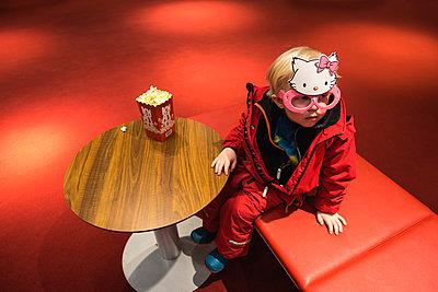 Little child in cinema foyer - p1418m1571508 by Jan Håkan Dahlström