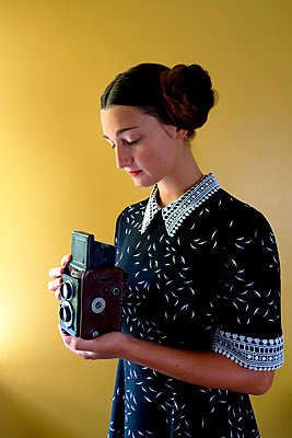 Young woman with old camera - p1521m2108374 by Charlotte Zobel