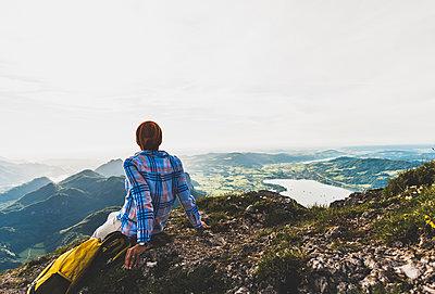 Austria, Salzkammergut, Hiker taking a break, looking over the Alps - p300m2013095 by Uwe Umstätter