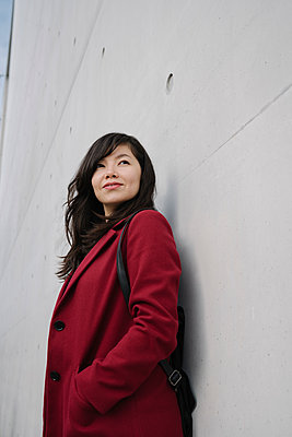 Portrait of modern businesswoman leaning on a wall - p300m2154562 by Hernandez and Sorokina