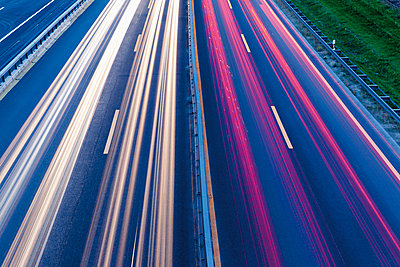 Germany, North Rhine-Westphalia, Neuss, View of traffic on highway, blue hour - p300m873485f by reka prod.