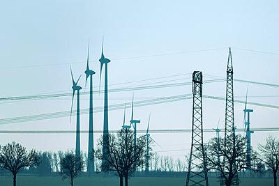 Strommasten und Windräder - p739m1119424 von Baertels