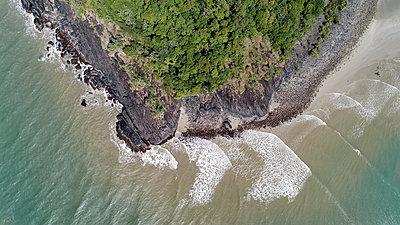Australia, Queensland, Aerial view of coastline - p1427m1504582 by WalkerPod Images