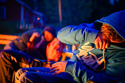 Sweden, Campfire smoke hurt in the eyes - p1579m2193471 by Alexander Ziegler