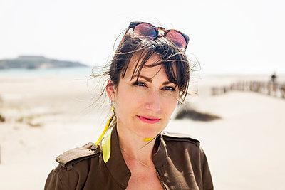 Young woman at Tarifa beach - p890m1467372 by Mielek