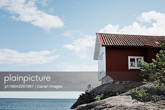 traditional Swedish summer house in Grisslehamn, Sweden - p1166m2201967 by Cavan Images