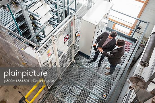 Two businessmen with tablet talking in modern factory - p300m1581591 von Daniel Ingold