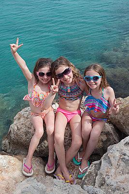 Drei coole Mädchen im Urlaub - p045m1591427 von Jasmin Sander