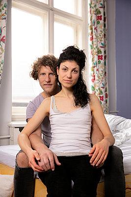 Paar auf dem Bettrand - p1212m1178914 von harry + lidy
