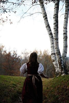 Frau auf dem Weg in die Moderne - p1356m1496709 von Markus Rauchenwald