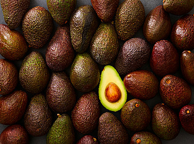 Whole and sliced avocado - p300m1568167 by Kai Schwabe