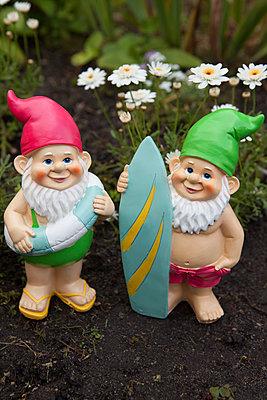 Gartenzwerge bereit für Badeurlaub - p045m1169534 von Jasmin Sander
